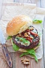 Hamburger wołowy z serem pleśniowym, suszonymi pomidorami i orzechami włoskimi