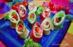 Kolorowe naleśniki ze szpinakiem, burakiem, sałatą, szynką, pomidorami i papryką