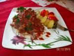 """Makaron """"sznurki"""" z mięsem, pieczarkami i sosem"""