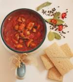 Ognisty gulasz z pieczarkami i pomidorami