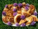 Pierogi z serem i kwiatami szczypiorku odsmażane na oleju rzepakowym