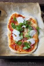 Pizza z szynką parmeńską, rukolą i parmezanem (na drożdżowym zaczynie)