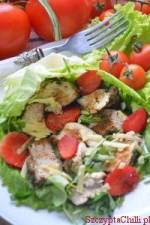 Połączenie lekko ostrej piersi kurczaka z truskawką oraz trzema rodzajami sałat tworzy wykwintne danie które moja rodzina uwielb