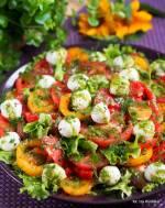 Pomidory. Lunch. Dressing. Sałatka z pomidorów, z mozarellą i sosem koperkowym.