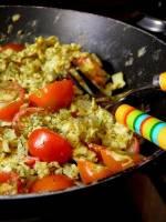 Porządny start. Ziołowa jajecznica z pomidorkami.