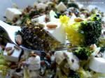 Sałatka brokułowa z fetą i słonecznikiem