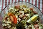 Sałatka brokułowa z pomidorem, jajkiem i fetą