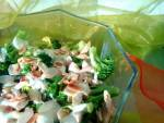Sałatka z brokułami i kurczakiem w sosie jogurtowym