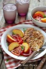Sałatka z pomidorów i brzoskwiń z grillowanym kurczakiem