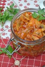 Śledzie z pieczarkami w sosie pomidorowym