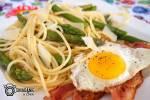 Śniadaniowe spaghetti ze szparagami i jajkiem sadzonym na boczku