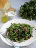 Śródziemnomorska sałatka z fasolki szparagowej z suszonymi pomidorami i marynowaną cebulką