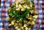 Surówka z kiszonych ogórków, jabłka i cebuli