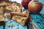 Tarta na orzechowym spodzie z karmelizowanymi jabłkami i czekoladą.