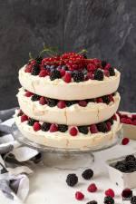 Tort bezowy z owocami lata
