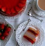Tort Truskawkowy na Biszkopcie z Kremem Jogurtowym, Masą z Frugo i Kawałkami Owoców