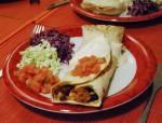 Wegetariańskie chili con carne w tortilli / Vegetarian chili con carne in a tortilla