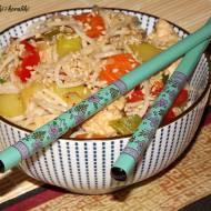 Chow mein z kurczakiem i warzywami