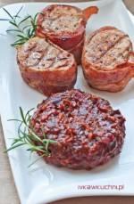 Grillowane polędwiczki w boczku z chutneyem cebulowo-śliwkowym  /Pudliszki pomidorowe inspiracje - mięso/