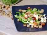 Sałatka grecka z sałatą i grzankami