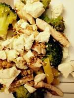 Sałatka z brokułem,fetą, grillowanym kurczakiem, makaronem kukurydzianym i orzechami włoskimi
