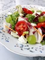 Sałatka z fetą i winogronami w ziołowym dressingu
