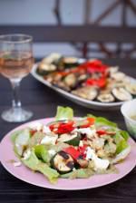 Sałatka z grillowanymi warzywami, fetą i sosem orzechowo-pietruszkowym