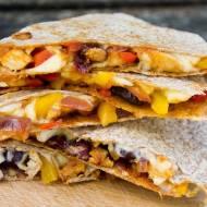 Quesadillas z kurczakiem, papryką i czerwoną fasolą. / Quesadillas with chicken, peppers and red beans.