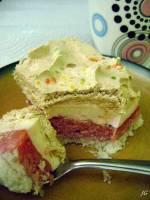 Kolorowe ciasto z masą truskawkową