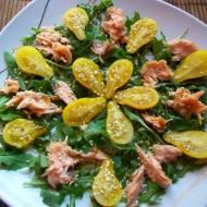 Sałatka z żółtymi pomidorkami i wędzonym łososiem na rukoli