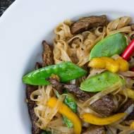 Stir fry ze stekiem wołowym i makaronem ryżowym. / Beef steak and rice noodles stir fry.