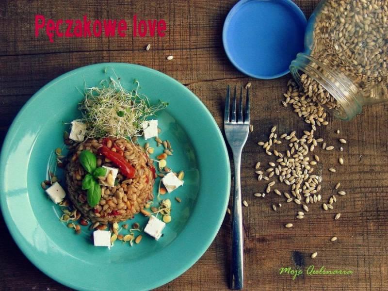 Pęczak z suszonymi pomidorami, fetą i piniolami