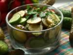 Sałatka z trzech rodzajów ogórków , idealna do dań mięsnych i kaszy. Może stanowić także przystawkę lub przekąskę