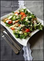 """Sałatka z roszponki i kurczaka """"Gorące udka"""" / Mâche Salad with Hot Chicken Thighs and Creamy Dressing"""