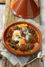Tażin (tagine) z klopsikami w sosie pomidorowym i jajkami