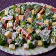 Sałatka brokułowa z sosem czosnkowo-koperkowym