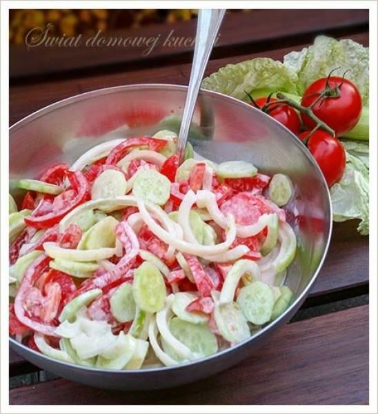 Surówka ze świeżych pomidorów i ogórków