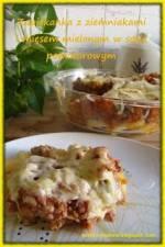 Zapiekanka z ziemniakami i mięsem mielonym w sosie pomidorowym