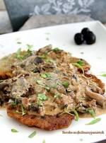 Placki ziemniaczane z pesto i oliwkami pod sosem grzybowym