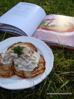 Placki ziemniaczane z sosem pieczarkowo-kalarepkowy według przepisu Magdy Gessler
