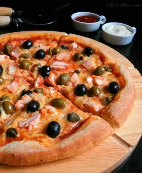 Domowa Pizza z Łososiem, Oliwkami i Kaparami