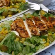 Lekka sałatka podana z soczystą ,pieczoną piersią kurczaka na sosie czosnkowym.Mój mąż był bardzo zadowolony z takiego obiadu :)