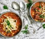 Pikantna zupa na żeberkach, z kukurydzą, czerwoną fasolą i cukinią