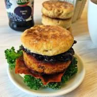Śniadaniowe burgery w towarzystwie czarnego bzu