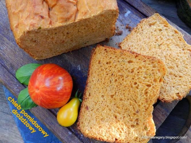 Chleb pomidorowy drożdżowy z maszyny do chleba