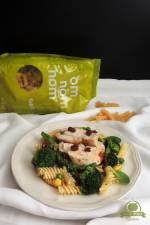 Makaron fusilli z pesto z roszponki, pieczoną piersią kurczaka, warzywami i suszonymi pomidorami