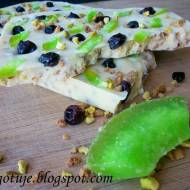 Tafle Białej Czekolady z Krokantem Pistacjowym, Kandyzowanym Zielonym Pomelo i Czarną Porzeczką
