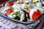 Sałatka brokułowa z pomidorami, jajkami i sosem czosnkowym
