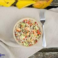 Obiadowa sałatka z dużym kuskusem i krewetkami królewskimi. / Giant couscous and king prawn lunch salad.
