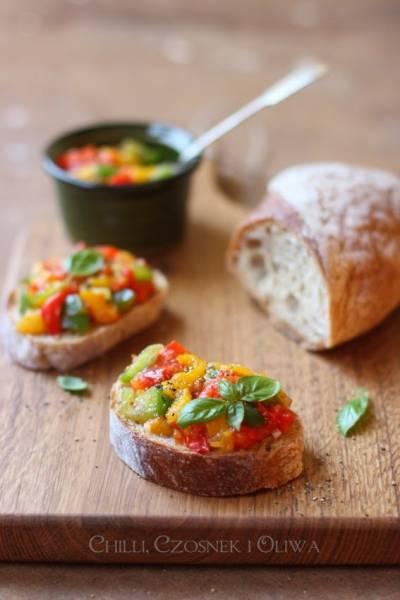 Kolorowa bruschetta z pieczoną papryką i o toskańskich kanapeczkach